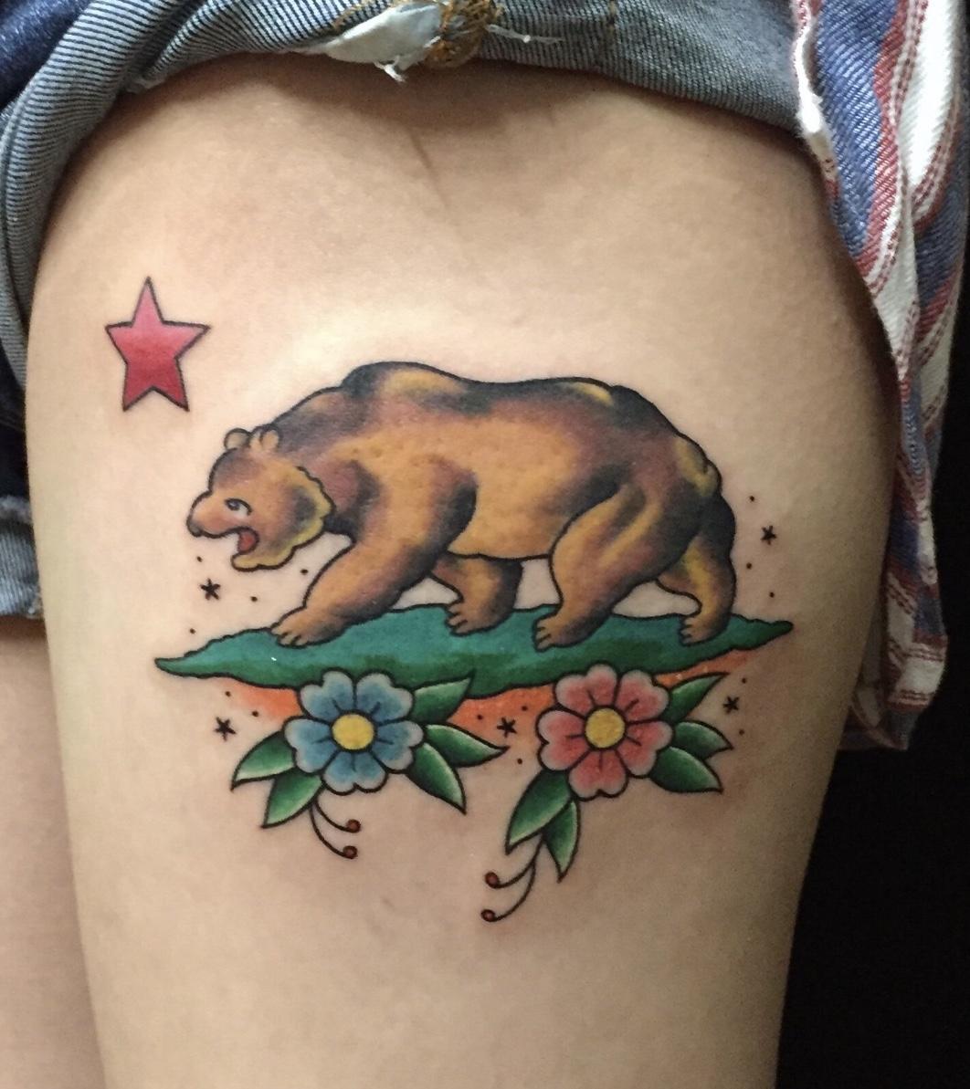 熊 太もも タトゥー