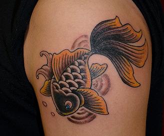 黒金魚 和彫 肩 タトゥー